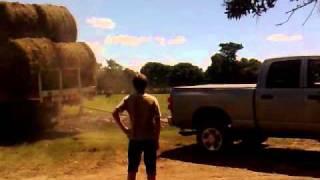 Sacando un camion del barro con una dodge ram
