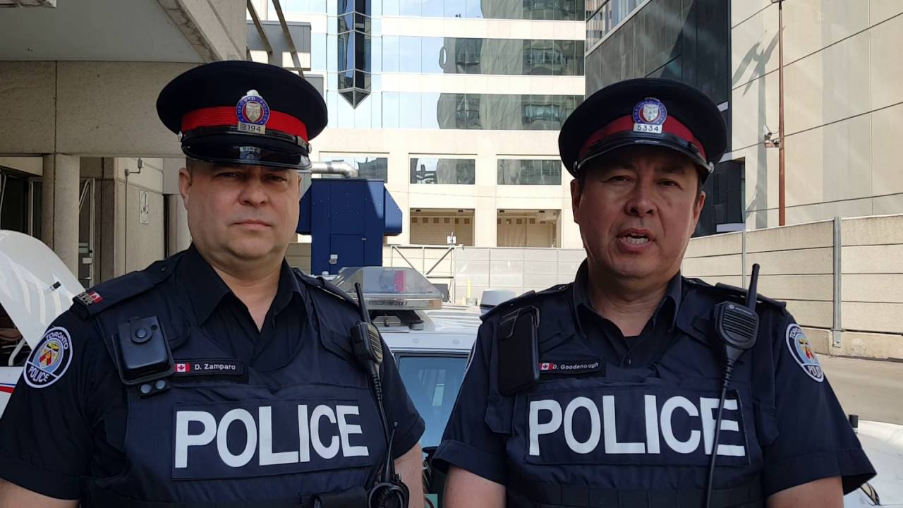 @TorontoPolice 52 Division Officers show compassion on the ...