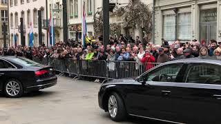 La foule salue le cortège du Grand-Duc Jean