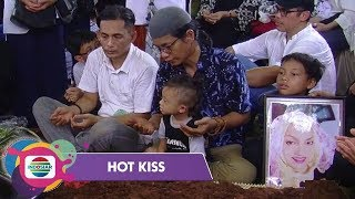 Download Video Suasana Duka Iringi Pemakaman Titi Qadarsih - Hot Kiss MP3 3GP MP4