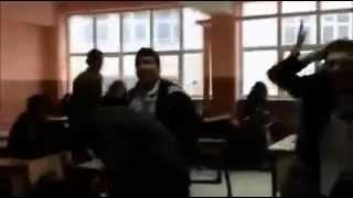 Tavandaki Lambaya Rövaşata Atmaya Çalışan Liseliler Video