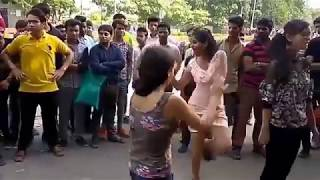 indian sexy girls Dance in Footpath..