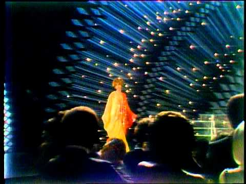 Aretha Franklin Wins Favorite Female Soul Artist - AMA 1976