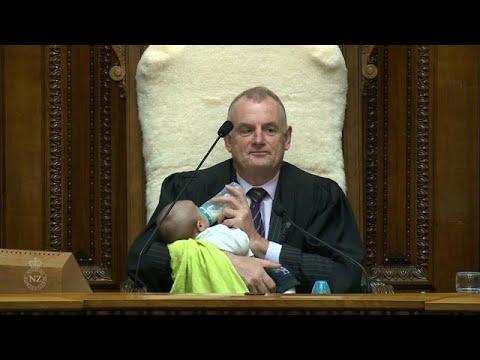 شاهد: رئيس برلمان نيوزيلندا يناول رضيعا الحليب خلال جلسة نقاش…  - نشر قبل 4 ساعة