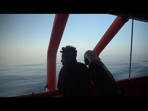 شاهد: احتفال على متن سفينة أنقذت مهاجرين وتلقت إذنا بالتوجه إلى جزيرة إيطالية…  - نشر قبل 10 ساعة
