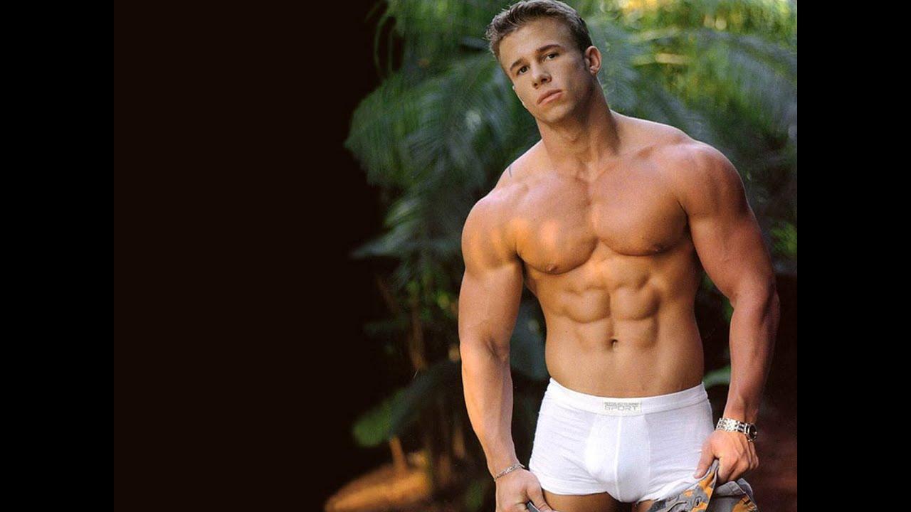 Видео мускулистых боссов в плавках белых