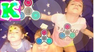 Дети играют с игрушкой ФИДЖЕТ СПИННЕР Веселые игры для детей For kids Видео Для детей