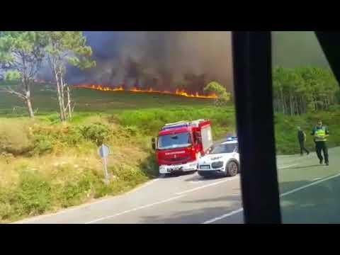 Se desata un incendio cerca de viviendas en Lariño, Carnota