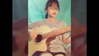 Cô gái đáng yêu tự sáng tác tực hát. Mê mê