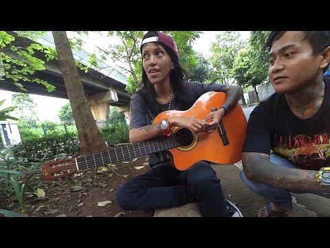 Pengamen Cewek Tattoan - Tapi Skil Musik nya Boleh Di Adu - Keren Banget..!!!