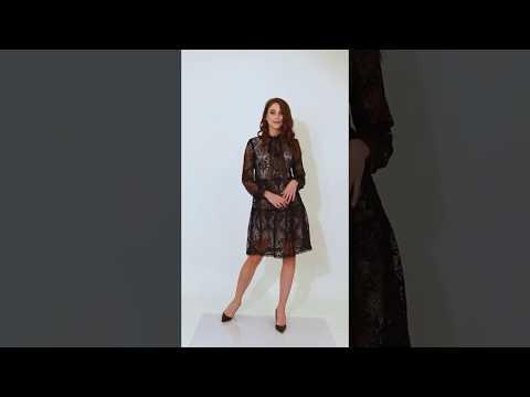 Video: Koronkowa sukienka z satynowym wiązaniem i beżowym podbiciem