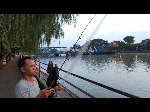 Pak Didi pemancing unik mancing jaring sungai Cisadane Tangerang