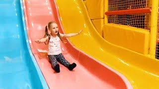 Играем вместе на детской площадке и делаем надувной слайм из пены