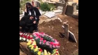 ◄ ◙ |شاهد| قمر ترتدي الحجاب وتبكي بجوار قبر والدتها: ابنها «جيمي» يحتضنها - المصري لايت