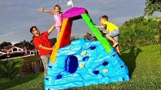 ديانا وروما يتظاهران بلعب لعبة التسلق مع ألعاب النشاط