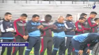 بالفيديو والصور.. جهاز الكرة بالمقاصة يقطع التدريب لأداء صلاة المغرب بالملعب