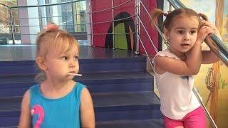 Алиса и Алина играют в парке развлечений ВЛОГ