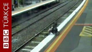 18 aylık bebeğin puseti tren raylarına düştü - BBC TÜRKÇE
