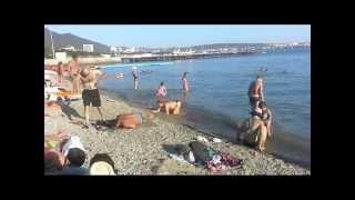 пьяная тетка пытается выползти из моря