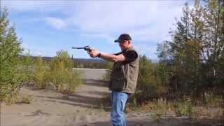 schieen mit einem revolver kaliber 44 magnum in alaska