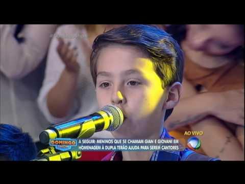Giovani canta com meninos que tem nome da dupla sertaneja