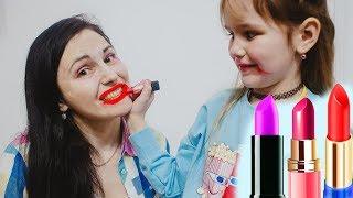 Играем в салон красоты Яна мастер Визажист делает макияж МАМЕ детской косметикой  Makeup kids