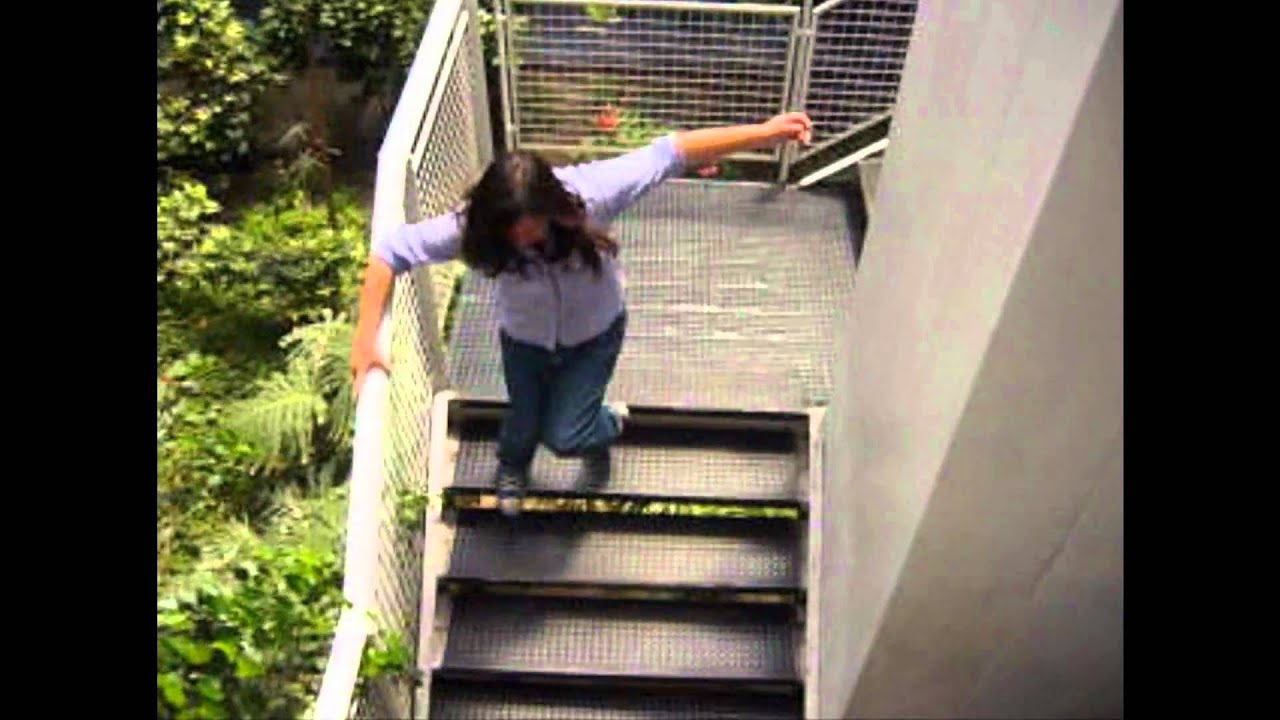 Cuidado!! No correr por las escaleras TENS [HD] - YouTube