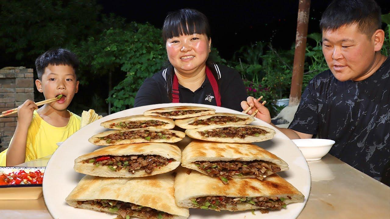 【陕北霞姐】陕北家常肉夹馍,霞姐给娃娃们解馋,比手还大的饼子加满肉,猛香了!