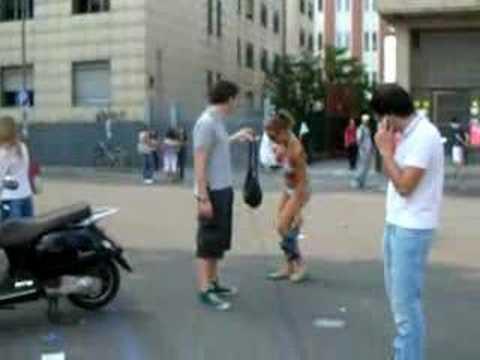 ragazza rimane in costume per strada a milano