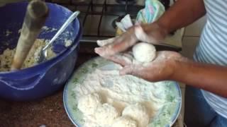Bolinho de arroz ( com sobras ) Lene na cozinha.