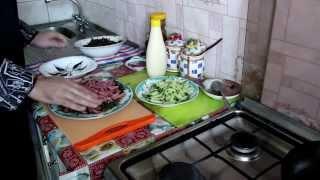 Салат из морской капустой и копченой колбасой