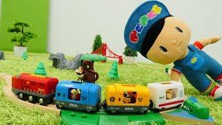Spielzeug aus Holz - Brio Toys - Pepee spielt mit Zügen