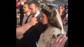 Свекровь кормит молодоженов медом / Армянская традиционная свадьба