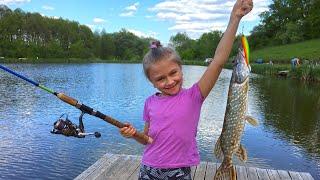 ВЛОГ Ярослава поймала щуку | Рыбалка для детей | Tiki Taki Kids