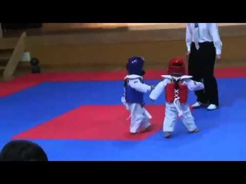 'Chết cười' với trận đấu Taewondo của võ sĩ nhí