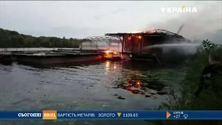 У Києві на Русанівській набережній згоріла платформа на воді