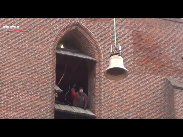 Hijsen van de Es-klok in de Petrustoren