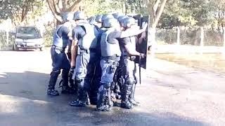 警察隊×消防隊のたてほこ対決。警察隊の盾と消防隊の放水、どちらが勝つか?(ブラジル)