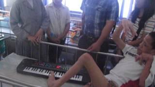 Đánh đàn bằng 1 ngón chân - Đức Duy ở Trung Tâm Bảo Trợ Trẻ Mồ Côi Tàn Tật