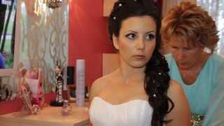 Невеста брюнетка одевается.