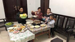 年夜饭吃啥?儿媳做羊肉火锅,煮3条鱼,涮16样菜,全家人围着吃