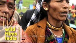 Uttarakhandi women sing devotional songs en route Homkund - Nanda Devi Raj Jat Yatra