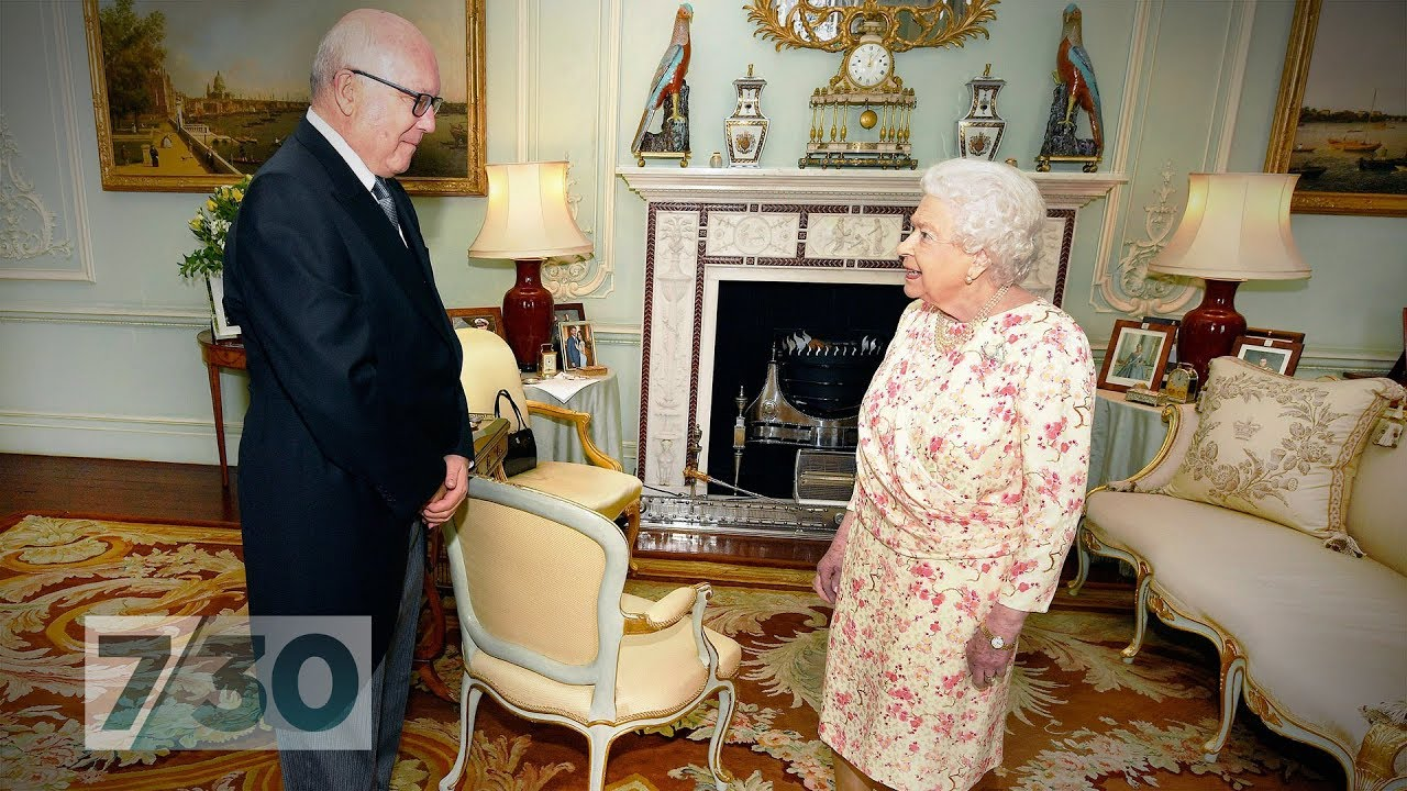 Download Do you know the Queen uses her handbag to send her staff signals?