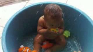 tomando banho na bacia