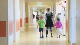 Смех как лекарство: что делают клоуны в больничных палатах Латвии?