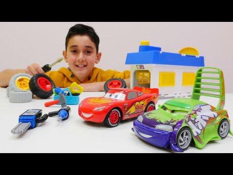 Oyuncak arabalar; Şimşek McQueen ve arkadaşları oto serviste.