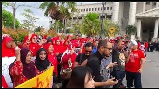 Umno supporters show solidarity as Zahid arrives at court