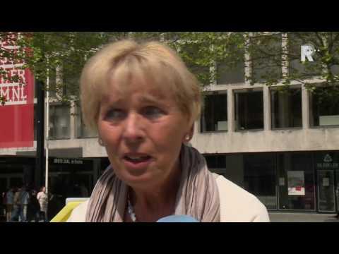 'Weer met naaldhakken over Schouwburgplein'
