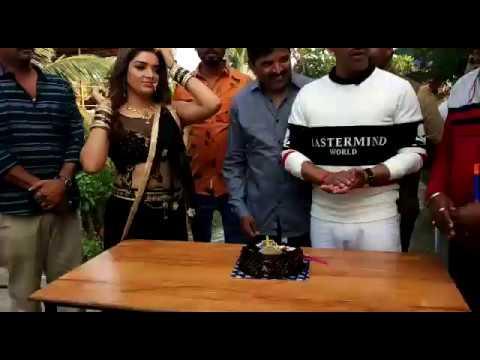 सेलिब्रिटी मैनेजर शानिशाह का जन्मदिन कल विरार में  मनाते हुए आम्रपाली दुबे और निरहुआ व अन्य लोग