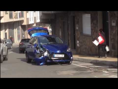 El vehículo colisionó contra el muro de una vivienda de la calle Camelias. La conductora del turismo fue la única implicada, sin heridas de consideración.